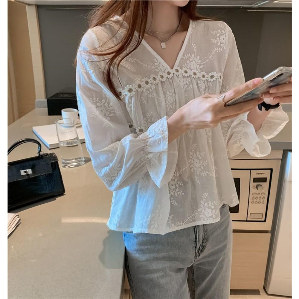 女裝【C9731】韓風 微透 蕾絲衫 雪紡衫 V領 立體花朵 防曬 長袖 上衣 襯衫 女
